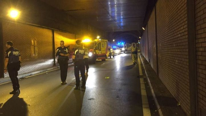 El siniestro se ha producido cuando el conductor ha perdido el control del vehículo y ha colisionado contra el muro del túnel de Santa María de la Cabeza.