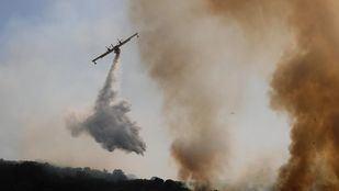 El incendio no se puede dar por controlado y seguirán trabajando las dotaciones de bomberos.