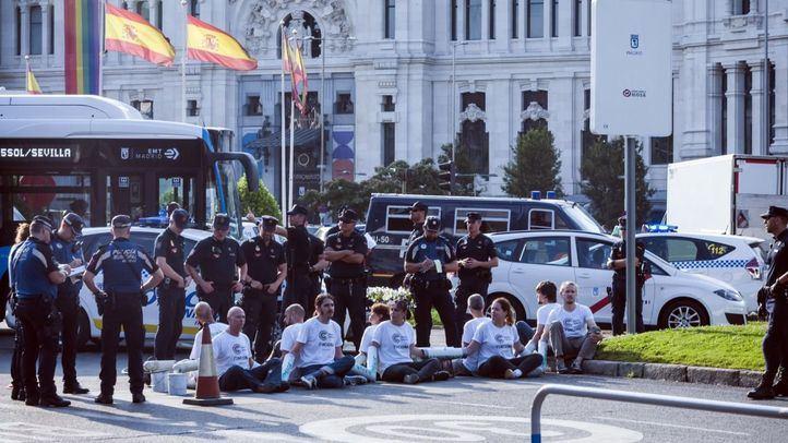 Activistas de Greenpeace bloquean la calle Alcalá