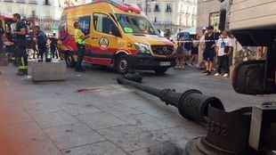 Herida grave tras ser caerle encima una farola de la Puerta del Sol