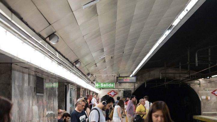 Pasajeros esperando en el andén de la estación de Metro de Suanzes