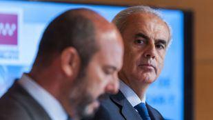 El presidente de la Comunidad de Madrid en funciones, Pedro Rollán; y el consejero de Sanidad, Enrique Ruiz Escudero, anuncian las características de este tratamiento.
