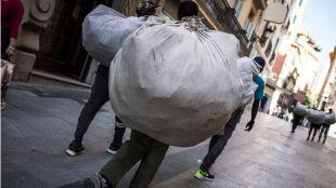 Golpe al 'top manta' en Lavapiés: un detenido y 1.000 falsificaciones incautadas
