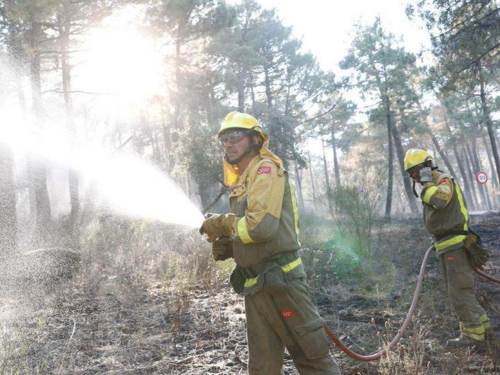 Los bomberos refrescan el terreno de Cadalso y Cenicientos