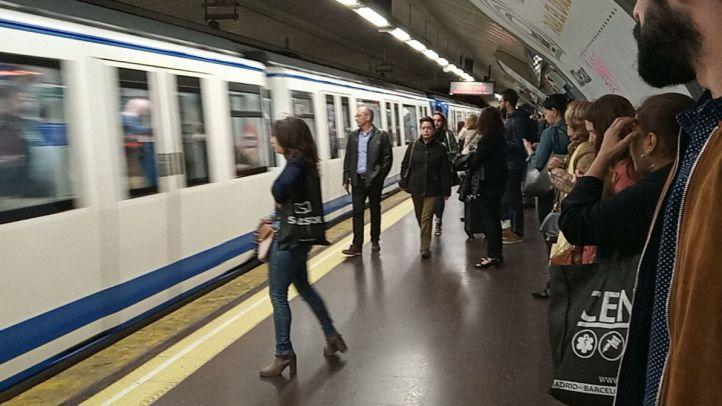 Arrestado el hombre que amenazó con cuchillos a varios viajeros de Metro