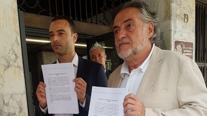 Pepu Hernández y Alfredo González presentan el escrito.
