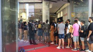 Expectación y largas colas en Gran Vía: abre sus puertas el 'Espacio Huawei'