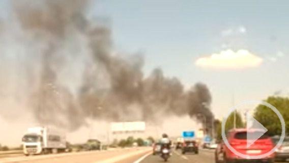 Un choque en cadena terminó con varios heridos leves y un espectacular incendio en uno de los automóviles implicados.