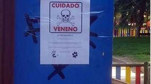Vecinos de Móstoles cuelgan carteles para advertir de la presencia de veneno en algunas zonas después del fallecimiento de seis perros