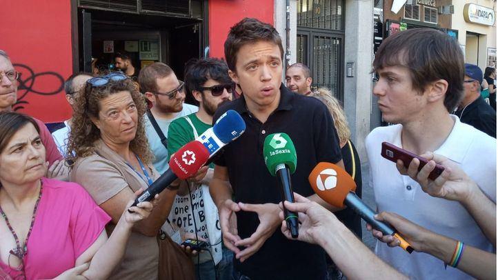 Íñigo Errejón atiende a los medios de comunicación en la Plaza de Chueca.