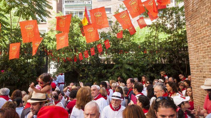 Los navarros de la capital celebran en la Iglesia de San Fermín de los Navarros el chupinazo de las fiestas.