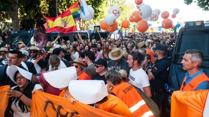 La comitiva de Ciudadanos en el Orgullo es increpada por los manifestantes.