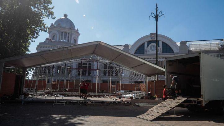 Desmontaje de la carpa del teatro La Estación Príncipe Pío por mudanza.