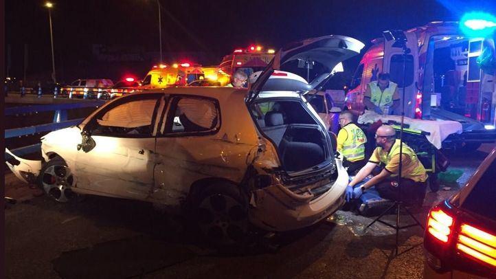 Los servicios de emergencias atienden a los heridos en el accidente en Villa de Vallecas.