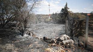 Los últimos coletazos del incendio de Cadalso de los Vidrios mantiene en alerta a los bomberos.