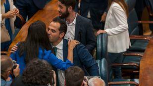 Rocío Monasterio (Vox) e Ignacio Aguado (Cs) se saludan en el pleno de investidura sin candidato celebrado este miércoles en la Asamblea.