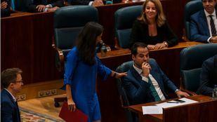 Rocío Monasterio (Vox) saluda a Ignacio Aguado (Ciudadanos) en el pleno de investidura sin candidato celebrado este miércoles en la Asamblea.