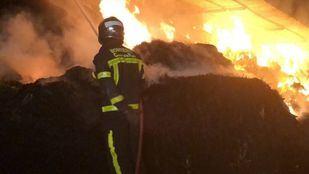 Los bomberos sofocan el Incendio en una nave ganadera en Villanueva de Perales.