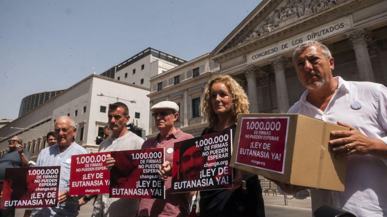 Resultado de imagen de entrega firmas congreso eutanasia