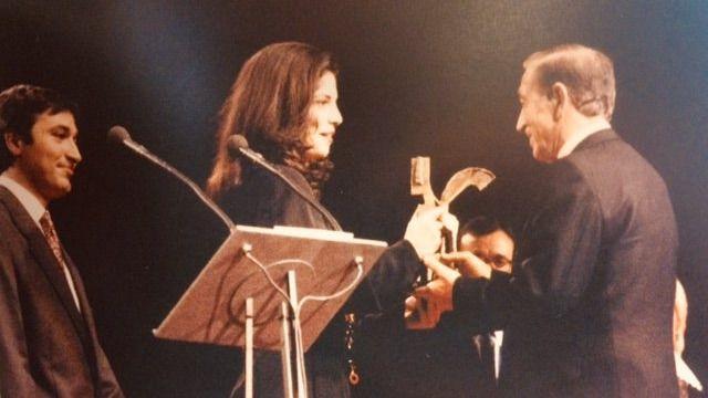 Miguel Gila (a la derecha), recibiendo el Premio Ondas especial en 1993.