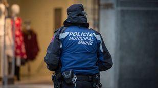 Agentes de la Policía Municipal salvan a un hombre de arrojarse por un balcón