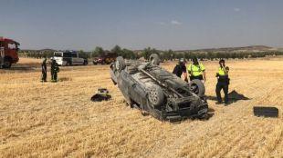 Coche volcado tras perder su conductor el control.