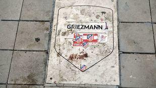 La placa del ex delantero del Atleti, Antoine Griezmann ha sido ensuciada con pegatinas.