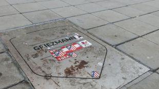 La placa de Griezmann en el Wanda aparece sucia y con pegatinas