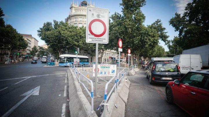 Tráfico intenso en el paseo del Prado el primer día de entrada en vigor de la cancelación de la moratoria de multas.