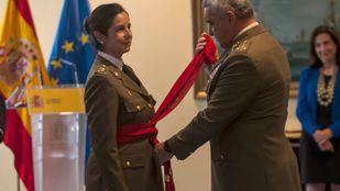 El general Francisco Javier Varela, Jefe del Estado Mayor del Ejército de Tierra, ha sido el encargado de ponerle el fajín rojo.