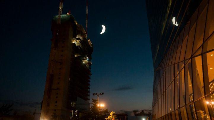 Caleido homenajea el 50 aniversario de la llegada del hombre a la Luna con una intervención artística consistente en una Luna brillante- en fase de cuarto creciente- de nueve metros, obra del artista SpY, que se suspenderá en la fachada.