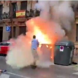 Susto en la sede de Vox: arde un contenedor y Ortega Smith apaga el fuego