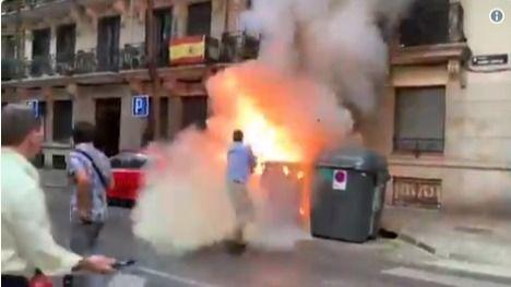 Ortega Smith, apagando el fuego, en un instante del vídeo subido a la cuenta de Twitter de Vox.