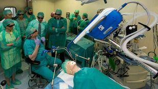 El Hospital Infanta Cristina de Parla cuenta con el primer sistema de cirugía robótica flexible, que permite operar sin cicatriz.