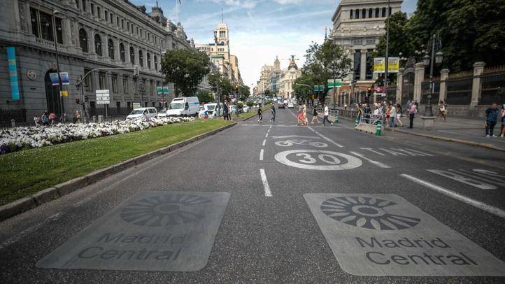 Señales de Madrid Central pintadas en el suelo de la calle Alcalá a la altura de Cibeles.