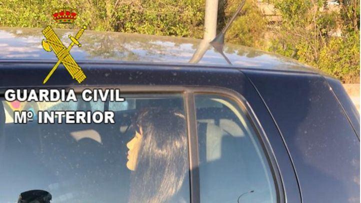 Pillada con un maniquí en el coche para utilizar el carrill Bus VAO