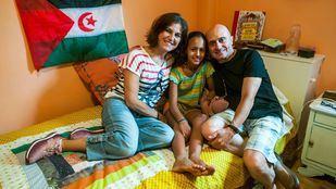 Los actores Pepe Viyuela y Elena González con Rifa, la niña de 11 años que acogen en verano desde el año pasado.
