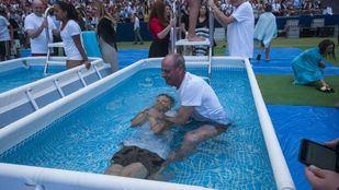 Unas 400 personas se han convertido este sábado en testigos de Jehová tras recibir su bautismo en el Wanda Metropolitano de Madrid.