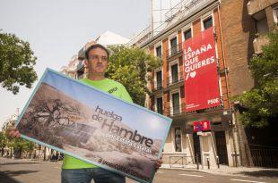 El actor César Vea, arruinado y en huelga de hambre frente a la sede del PSOE