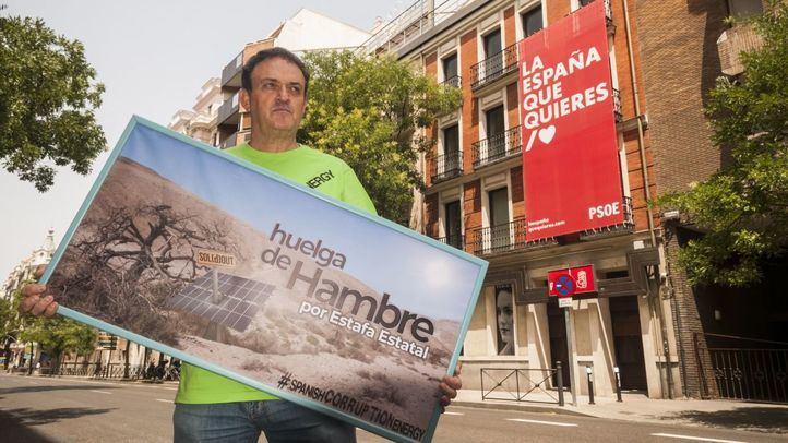 El actor César Vea, frente a la sede del PSOE en la calle Ferraz.