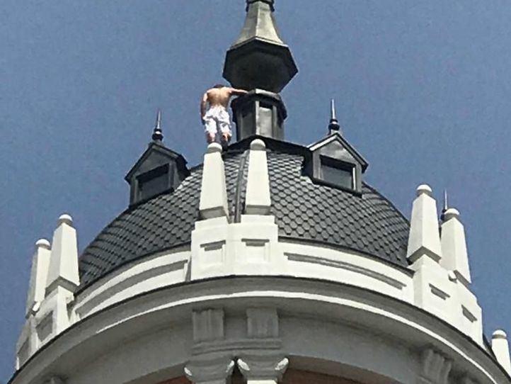 El hombre se ha encaramado a la cúpula del hotel situado en el número 80 de la Gran Vía.