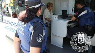 Agentes de Policía Municipal de Madrid toman testimonio en una unidad móvil