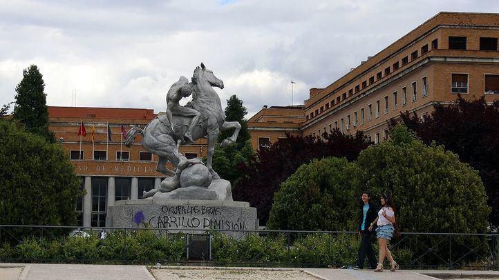 Plaza junto a la facultad de Medicina de la Universidad Complutense.
