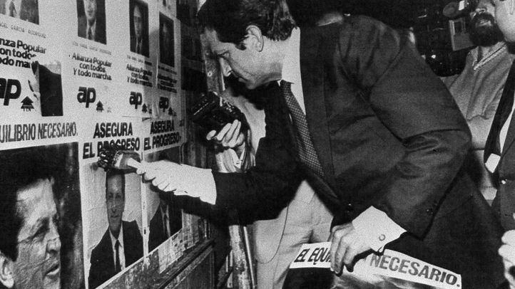 Adolfo Suárez coloca un cartel  electoral en la campaña para las elecciones generales de 1977
