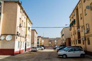 Vista general de la calle Tortajada, con viviendas no rehabilitadas.