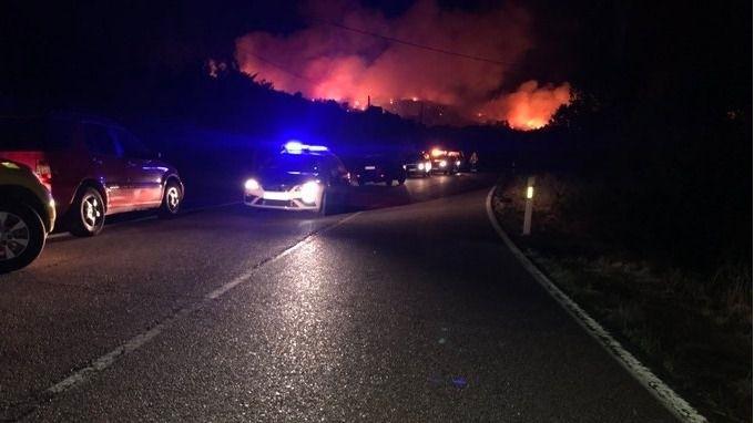 Un incendio en El Berrueco obliga a cortar carreteras y a desalojar a varios vecinos