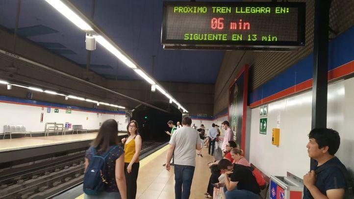 Viajeros en un andén de Metro de Madrid.