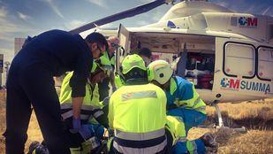 Sanitarios del SUMMA 112 trasladan a un trabajador herido en un taller de Algete tras caer desde una altura de 7 metros.