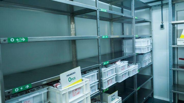 Estantes vacíos en las reservas de sangre 0+ en el Centro de Transfusiones de Madrid.
