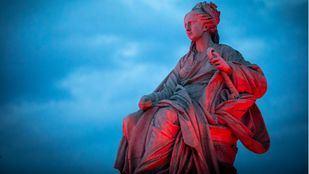 La diosa Cibeles, iluminada de rojo.